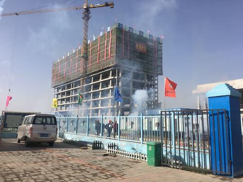 陕煤建设澄合公司渭河彬州乙二醇项目生活区职工公寓主体封顶